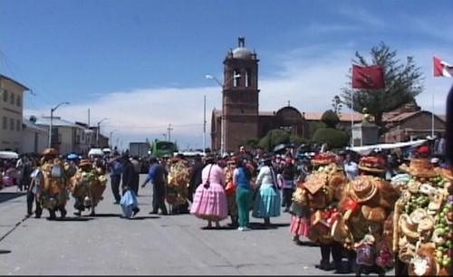 Peru: Visitors gather to watch traditional dance